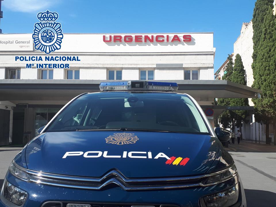 Vehículo policial en hospital