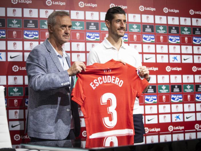 Presentacion-de-Sergio-Escudero-como-nuevo-jugador-del-Granada-CF-Foto-Antonio-L-Juárez-Photographers-1-705x529