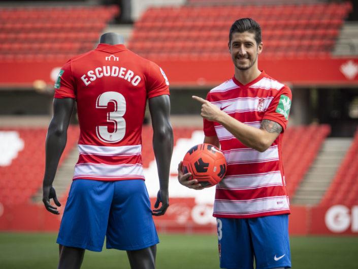 Presentacion-de-Sergio-Escudero-como-nuevo-jugador-del-Granada-CF-Foto-Antonio-L-Juárez-Photographers-4-705x529