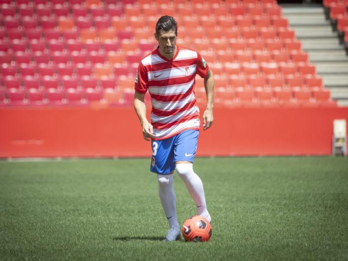 Presentacion-de-Sergio-Escudero-como-nuevo-jugador-del-Granada-CF-Foto-Antonio-L-Juárez-Photographers-5-705x529