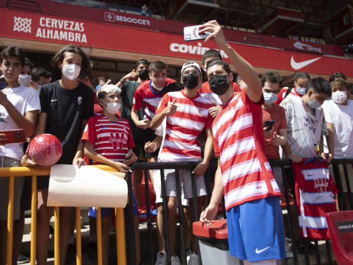 Presentacion-de-Sergio-Escudero-como-nuevo-jugador-del-Granada-CF-Foto-Antonio-L-Juárez-Photographers-6-705x529